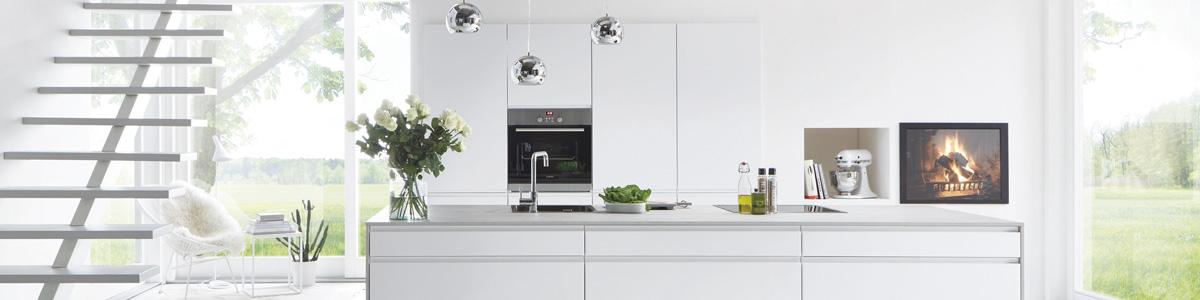 Lækkert moderne inline grebsfrit køkken