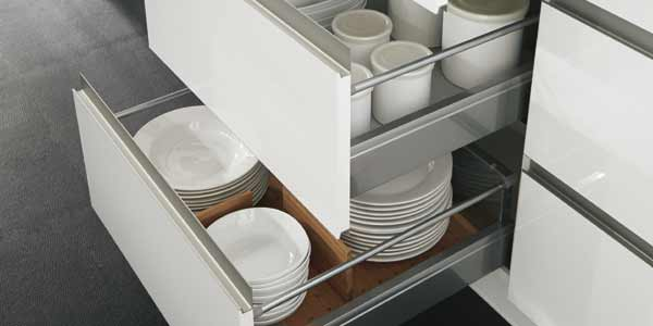 rummelige køkkenskuffer med rumopdeling