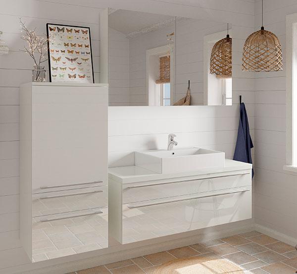 Smukt badeværelse i hvid højglans, hvor du rigtig kan slappe af.