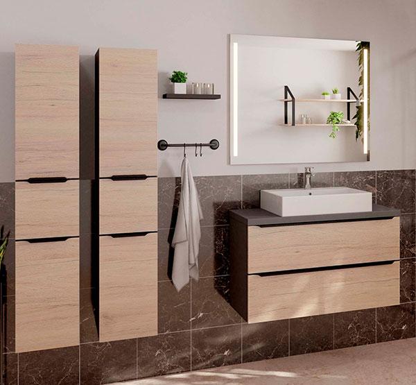 Badeværelse indrettet i natur, med træ på badskabe og låger. God kvalitet fra Vordingborg Køkkenet.