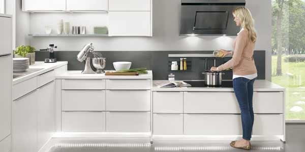hvidt luksus køkken med hvidevarer og bordplade